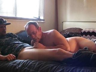 casado levou um macho pra chupar na cama da esposa! | blowjobs  macho